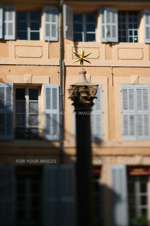 プロバンスの広場にある星形のオブジェの素材 [FYI00106621]