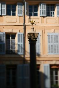 プロバンスの広場にある星形のオブジェの写真素材 [FYI00106621]
