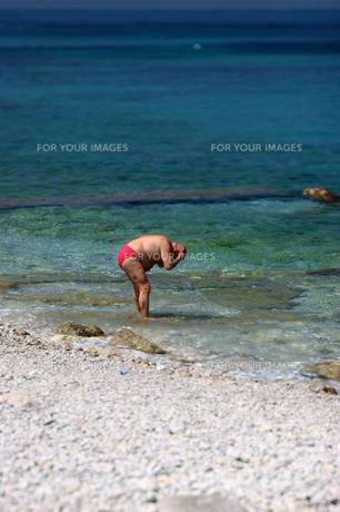 海水浴する男性の写真素材 [FYI00106626]