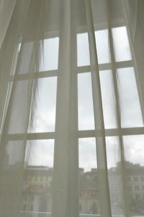 カーテン越しのミラノの写真素材 [FYI00106652]
