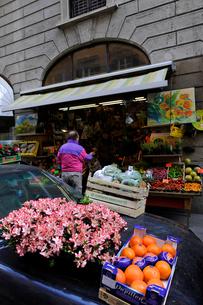 ミラノのフルーツショップの写真素材 [FYI00106673]