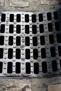 プロバンスの小径にある四角いマンホールの写真素材 [FYI00106702]
