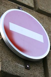 石の壁につけられたプロバンスの交通標識の写真素材 [FYI00106729]