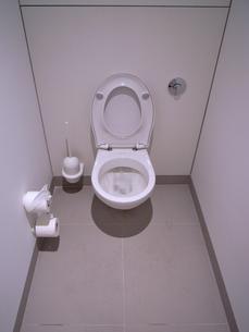 シンプルでモダンなトイレの写真素材 [FYI00106749]