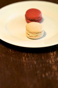 白い皿の上のマカロンの写真素材 [FYI00106790]
