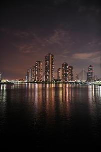 永代橋から見た佃島の夜景の写真素材 [FYI00106820]