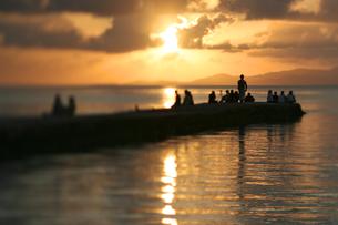 竹富島西桟橋の夕日の写真素材 [FYI00107000]