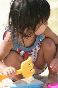 砂遊びをする女の子の写真素材 [FYI00107006]