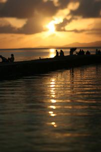 竹富島西桟橋の夕日の写真素材 [FYI00107012]