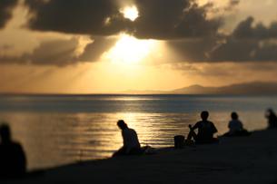 竹富島西桟橋の夕日の写真素材 [FYI00107027]