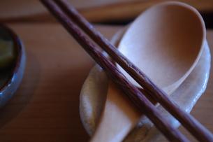 箸と木製スプーンの写真素材 [FYI00107384]
