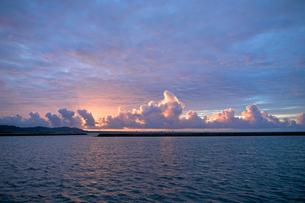 竹富島の朝日の写真素材 [FYI00107427]