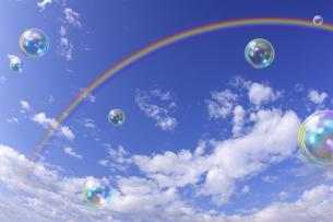 青空と虹とシャボン玉の写真素材 [FYI00107789]