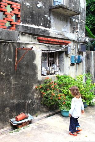 女の子と廃屋の写真素材 [FYI00107832]