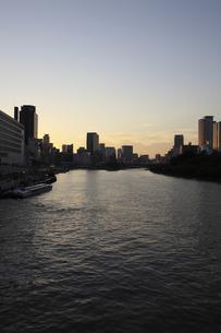 天満橋方面より中之島を見るの写真素材 [FYI00107836]
