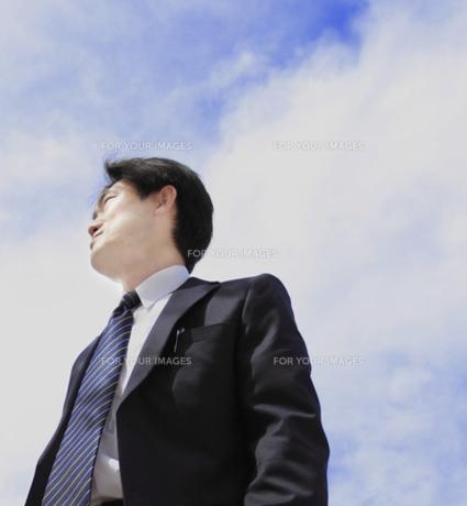 ビジネスマンと青空の写真素材 [FYI00107855]