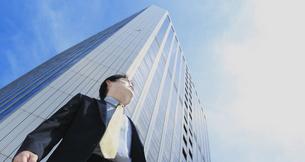 高層ビルとビジネスマンの写真素材 [FYI00107857]