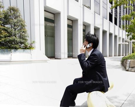 電話中のビジネスマンの写真素材 [FYI00107861]