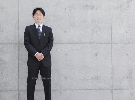手を組むビジネスマンの写真素材 [FYI00107862]