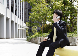 電話中のビジネスマンの写真素材 [FYI00107863]