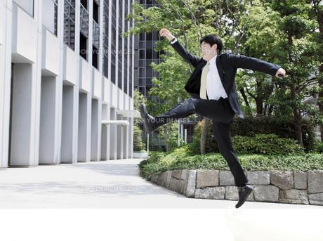 帰社途中のビジネスマンの写真素材 [FYI00107866]