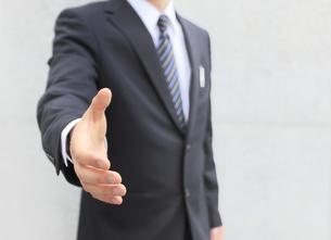 握手を求めるビジネスマンの写真素材 [FYI00107867]
