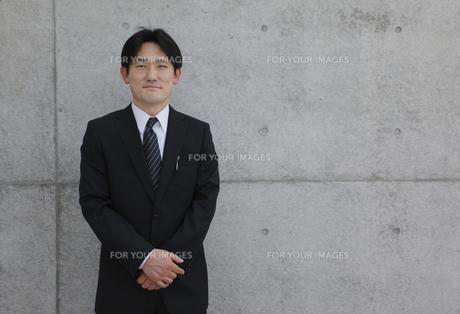 手を組む30代ビジネスマンの写真素材 [FYI00107868]