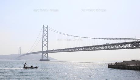 明石海峡大橋と船の写真素材 [FYI00107874]