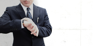 腕時計を見るビジネスマンの素材 [FYI00107889]