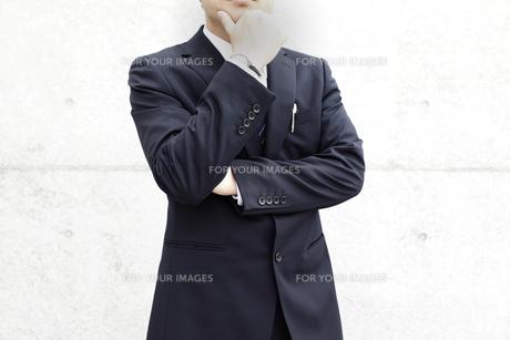 考えるビジネスマンの写真素材 [FYI00107890]