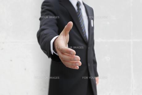 握手を求めるビジネスマンの素材 [FYI00107893]