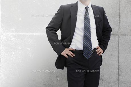 ビジネスマン仁王立ちの写真素材 [FYI00107898]