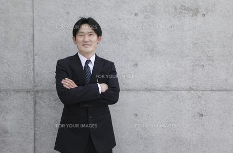 腕組みするスーツ姿の男性の写真素材 [FYI00107906]
