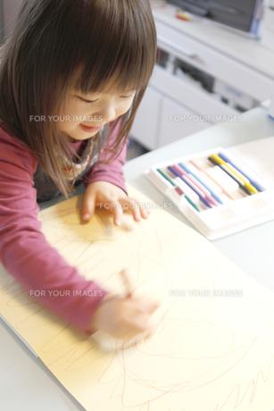 絵を描く女の子の写真素材 [FYI00107975]