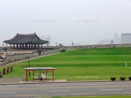 韓国水原華城のバス停の写真素材 [FYI00108121]