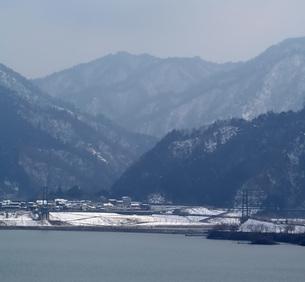 冬の宮ヶ瀬湖の写真素材 [FYI00108343]
