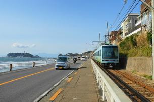 七里ヶ浜沿いの風景の写真素材 [FYI00108449]