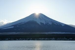 山中湖から見るダイヤモンド富士の写真素材 [FYI00108693]