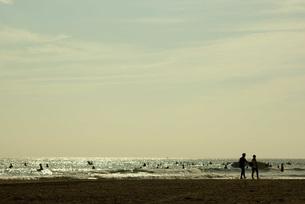 海岸のサーファーの写真素材 [FYI00108715]