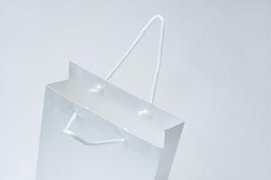 取っ手を広げた白い紙袋の写真素材 [FYI00108782]