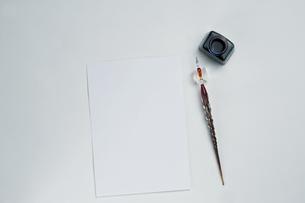 ガラスペンと便せんの写真素材 [FYI00108783]