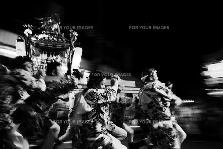 夜の神輿の素材 [FYI00108840]