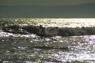 夕暮れの海とサーファーの写真素材 [FYI00108905]