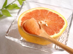 ひとすくいのグレープフルーツの写真素材 [FYI00108912]