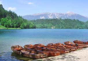 湖とボートの写真素材 [FYI00108930]