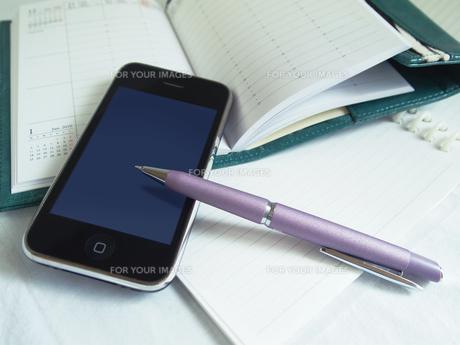 携帯電話のあるデスクの写真素材 [FYI00108956]