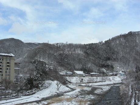 雪の利根川と家並みの写真素材 [FYI00109102]