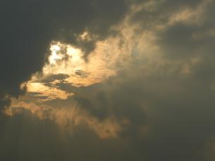 夕焼けと二層の雲の写真素材 [FYI00109103]