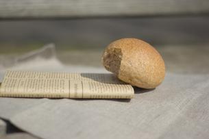 かじったパンの写真素材 [FYI00109424]