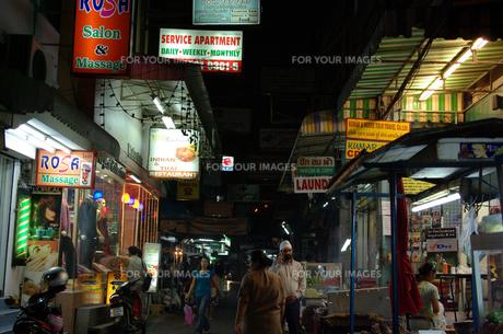 夜の路地裏の写真素材 [FYI00109433]
